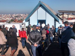 Corpo de Tiago Nogueira Novaes é recebido por amigos e parentes no cemitério (Foto: Maiara Barbosa/G1)