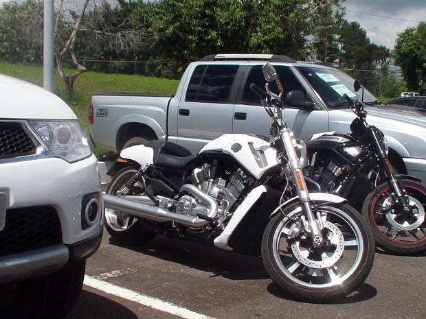 Segundo a polícia, essas motos e caminhonetes foram adquiridas com dinheiro desviado da conta de correntistas (Foto: Ricardo Moreira / G1)