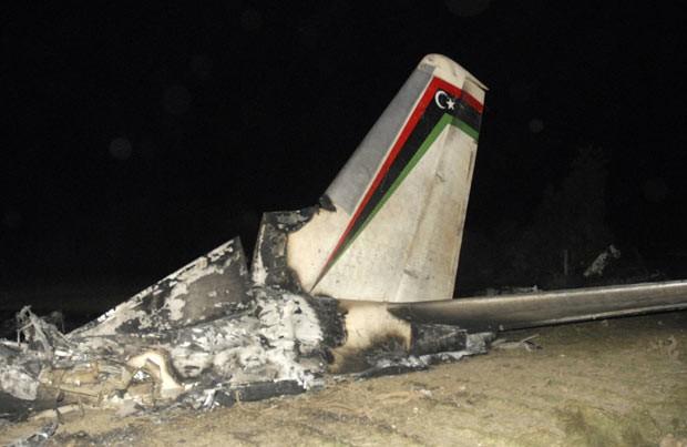 Destroço de aeronave militar líbia acidentada na cidade tunisiana de Grombalia nesta sexta-feira (21) (Foto: Reuters)
