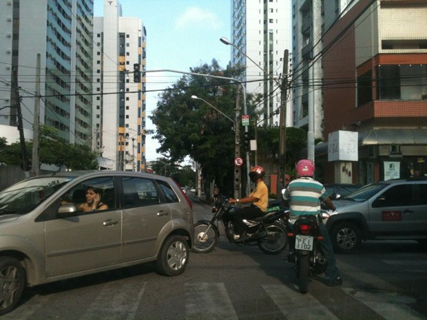 No Recife, semáforos ficaram apagados e trânsito complicou por causa do apagão. (Foto: Alexandre Morais/G1)