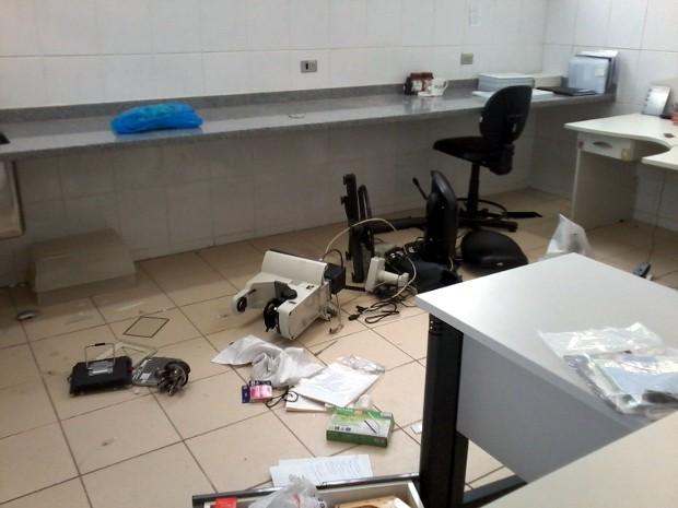 Equipamentos do laboratório foram destruídos (Foto: Elisângela Marques/G1)