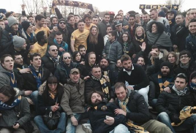Jogadores do Parma se abraçam com torcedores após o treino (Foto: Divulgação)