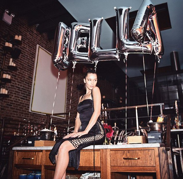Bella Hadid em sua festa de 21 anos (Foto: Reprodução)