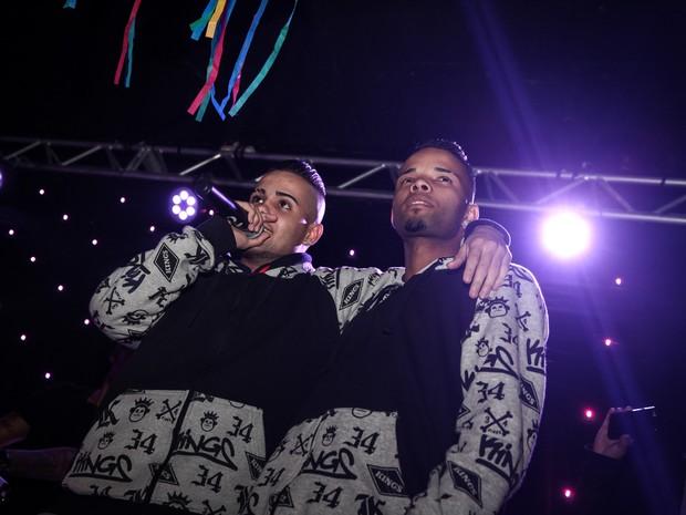 Os MCs Zaak e Jerry sobem ao palco do Club A, em Moema, Zona Sul de São Paulo (Foto: Fábio Tito/G1)