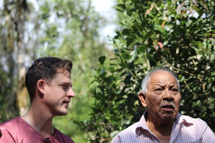 Guilherme conversou com ancião da aldeia no 'Mistura' (Foto: Ativa Rafting/Divulgação )