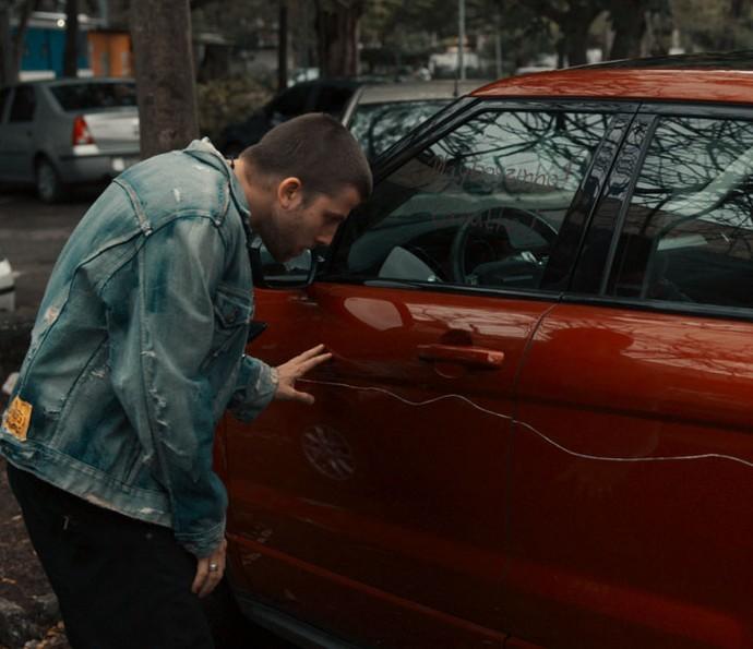 Téo vê carro arranhado e tem ataque de fúria (Foto: TV Globo)