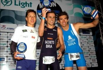 Pódio masculino do Short IronMoon: o campeão Adriano (ao centro), Diogo (de azul) e Danilo (Foto: Arquivo)
