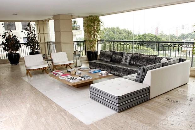 As poltronas da varanda são da Tecer, design Arthur Casas e O sofá e mesa de centro é da Firma Casa (Foto: Celso Tavares/EGO)