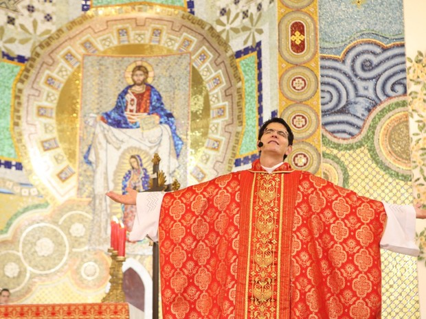 Padre Reginaldo Manzotti comanda o evento, em Curitiba (Foto: Divulgação)