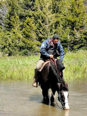 O artista também monta no cavalo nas Cavalgadas (Foto: Elton Saldanha/ Divulgação)