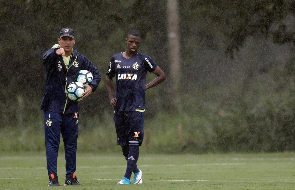 Vininicius Junior e Zé Ricardo no treino do Flamengo (Foto: REUTERS/Ricardo Moraes)