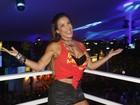 Scheila Carvalho, decotada, se joga no Carnaval de Salvador