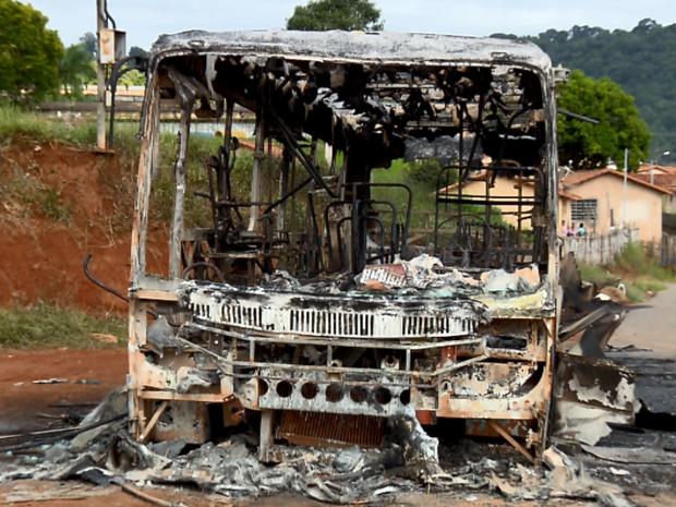 Ônibus ficou destruído após ataque em Machado (Foto: Reprodução EPTV)