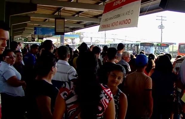 Mudanças fizeram com que terminal ficasse lotado em Goiânia Goiás (Foto: Reprodução/TV Anhanguera)