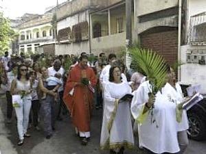Imagem mostra padre durante procissão de Ramos neste domingo, em Cariacica, Espírito Santo (Foto: Divulgação/Arquidiocese)