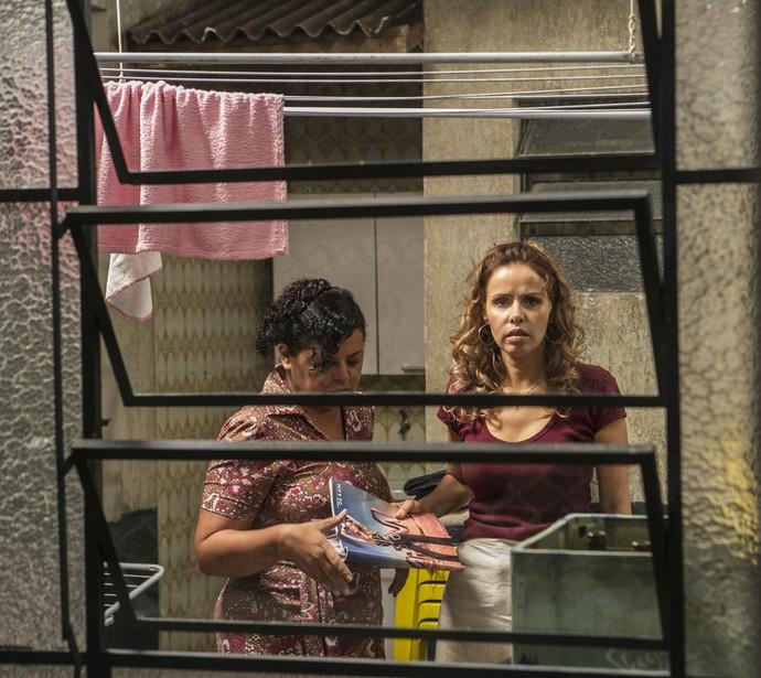 Gilda revela à amiga quem é o verdadeiro pai de sua filha mais velha (Foto: Inácio Moraes/Gshow)