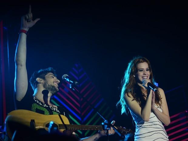 Sophia Abrahão canta com o grupo Oba Oba Samba House em show na Zona Sul do Rio (Foto: Ari Kaye/ Divulgação)