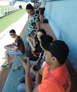 Palmas, gritos, filmagem: família faz de tudo para apoiar o volante (Foto: Mateus Tarifa / GloboEsporte.com)
