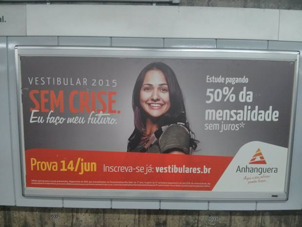Cartaz em estação de metrô em São Paulo divulga a campanha 'Sem Crise' da Anhanguera (Foto: Karina Trevizan/G1)