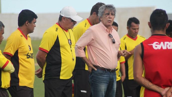 Marconi Barretto apresenta Pedrinho Albuquerque a jogadores do Globo FC (Foto: Kaline Rodrigues/Divulgação)