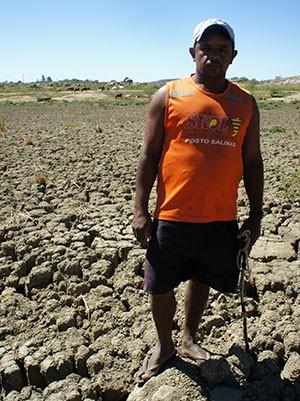 Agricultor, Edvan Ferreira, de 36 anos, disse que tem muita gente que maltrata a natureza, 'e agora a natureza vem e nos castigar' (Foto: Anderson Barbosa/G1)