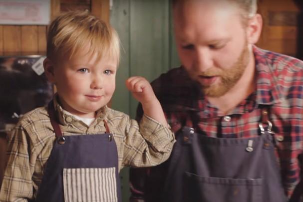 Com vocês, o barista mais jovem - e fofo - do mundo! (Foto: Reprodução)