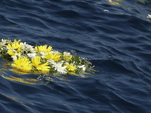 Flores brancas e amarelas jogadas no mar pelo Papa Francisco (Foto: Gregorio Borgia/ AP)
