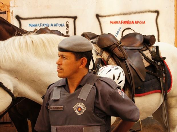 Policiais da Cavalaria da PM circulam pelas ruas de Paraisópolis desde segunda-feira (29) (Foto: Glauco Araújo/G1)