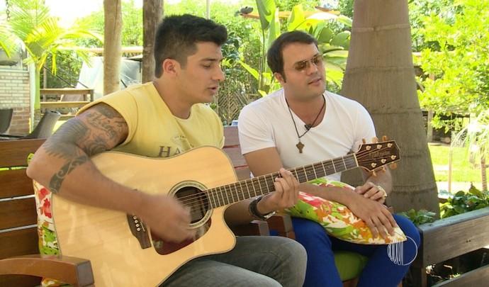 Padre Alessandro Campos e Paulo Franco cantam juntos no 'Mais Diário' (Foto: Reprodução / TV Diário )