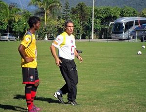 Carpegiani conversa em Marquinhos em treino do Vitória (Foto: Divulgação/EC Vitória)