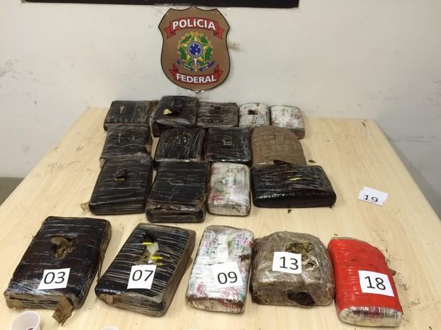 Mais de 19 kg de maconha estavam escondidos em fundo falso de veículo (Foto: Divulgação/PF)
