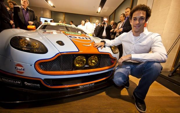 Bruno Senna e o Aston Martin com o quel disputará o Mundial de Endurance WEC em 2013 (Foto: Divulgação)