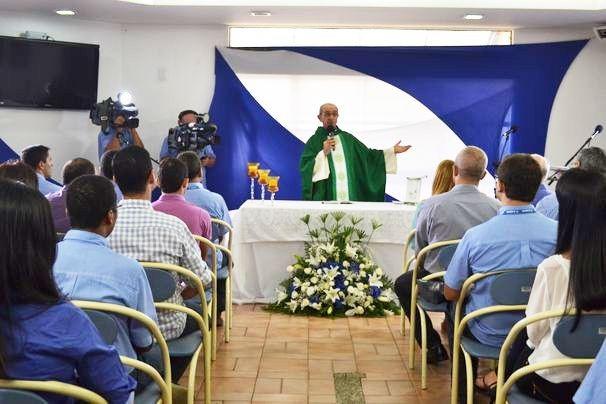 Padre Peixoto celebrou a missa em comemoração ao aniversário da emissora (Foto: Divulgação / TV Sergipe)
