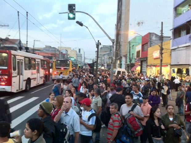 Pontos de ônibus lotados na Zona Leste de São Paulo (Foto: Roney Domingos/G1)