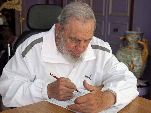 O ex-presidente de Cuba Fidel Castro, de 88 anos, vota neste domingo (19) durante as eleições locais no país (Foto: AP Photo/Alex Castro)