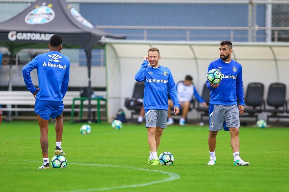Arthur e Maicon devem brigar por um lugar no time mais à frente (Foto: Lucas Uebel / Grêmio, DVG)
