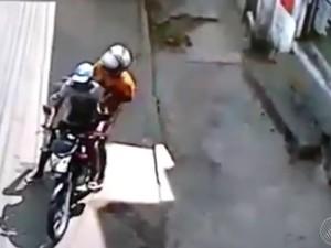 Dupla em moto atirou contra jovem em Salvador (Foto: Reprodução/ TV Bahia)
