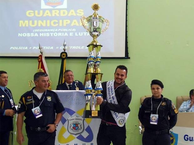 Bruno Ricelli recebe prêmio de guarda mais bonito do Brasil em 2013 (Foto: Bruno Ricelli / Arquivo pessoal)