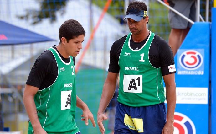 Álvaro Filho e Ricardo vôlei de praia (Foto: Divulgação / FIVB)