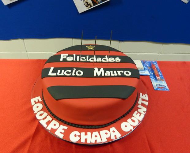 Ator ganhou bolo surpresa dos amigos de trabalho (Foto: Paula Santos / Gshow)