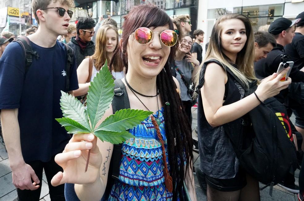 Participantes durante a Macha da Maconha em Viena, Áustria, neste sábado (6) (Foto: JOE KLAMAR/AFP)