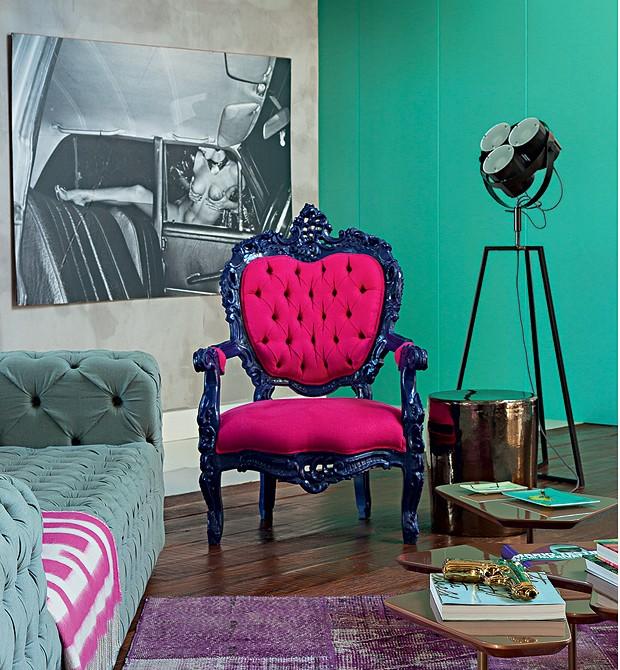 Sala de estar: No ambiente, destacam-se a antiga poltrona francesa repaginada, o garden seat, da Coisas da Doris, e a luminária de chão, daCB2,de Miami. A foto, na parede, é de Vania Toledo (Foto: Cacá Bratke)
