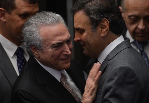 O novo presidente Michel Temer recebe cumprimentos do líder do PSDB, Aécio Neves (Foto: Fabio Rodrigues Pozzebom/Agência Brasil)