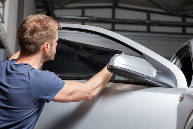 Aplicação de película escurecedora no vidro do carro (Foto: Thinkstock)