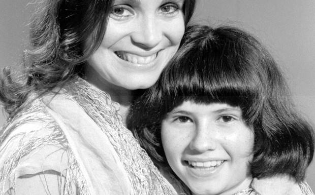 Malu (Regina Duarte) e sua filha, Elisa (Narjara Turetta)