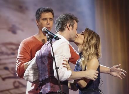 Sandy e Lucas Lima dão selinho e cantam juntos, e cantora ainda dança funk com Fernanda Gentil