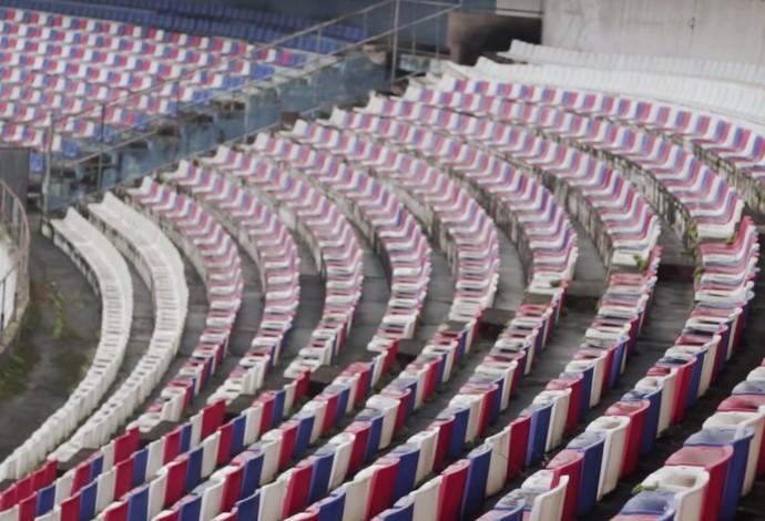 As cadeiras tricolores, do período em que foi utilizado pelo Paraná Clube, permanecem no Pinheirão  (Foto: Reprodução)