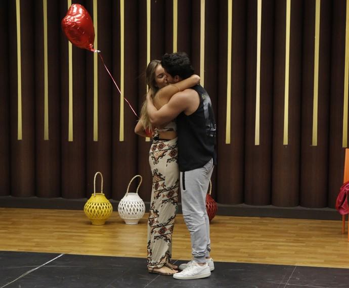 Arthur Aguiar beija a namorada Camila Marynk após ser surpreendido no ensaio (Foto: Fábio Rocha / Gshow)