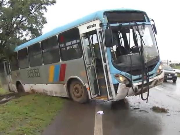 Ônibus derrapa e interdita uma faixa na Epia Norte, no Distrito Federal (Foto: TV Globo/Reprodução)