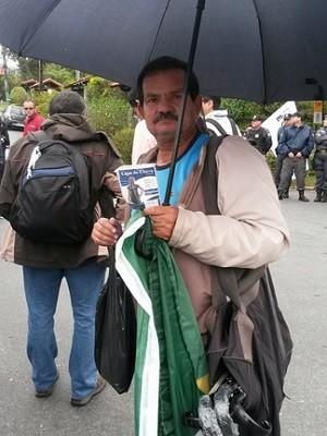 Vendedor de capa de chuva lucra na porta da Granja Comary (Foto: Gustavo Garcia / G1)